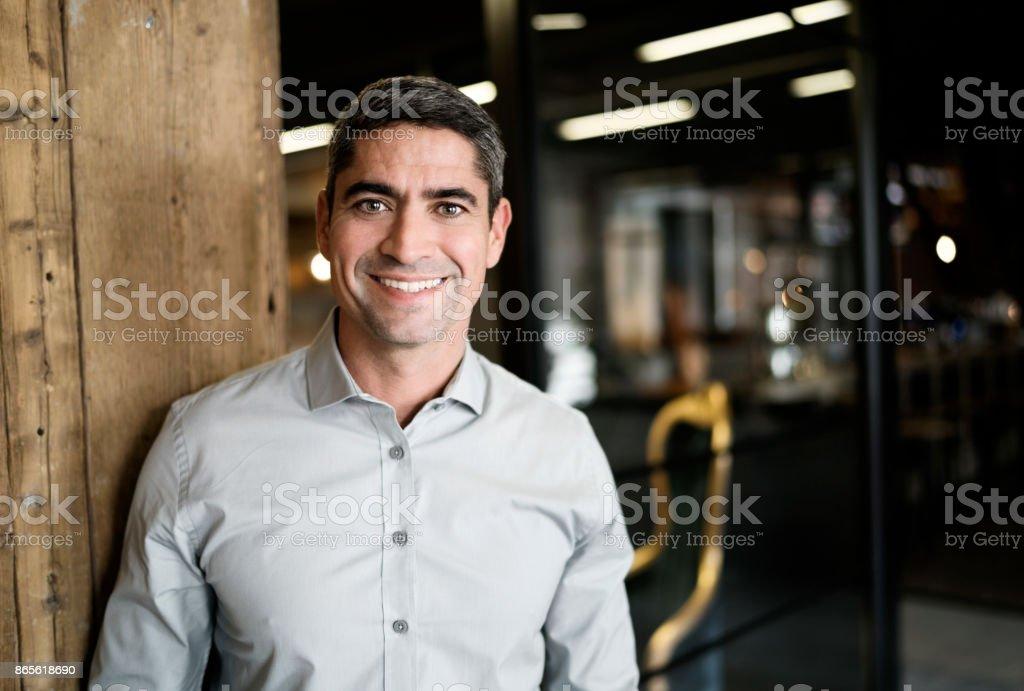 Lächelnde Reife Geschäftsmann, stehend im Büro – Foto