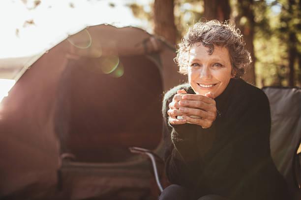 sorridente coppia matura in campeggio - woman portrait forest foto e immagini stock