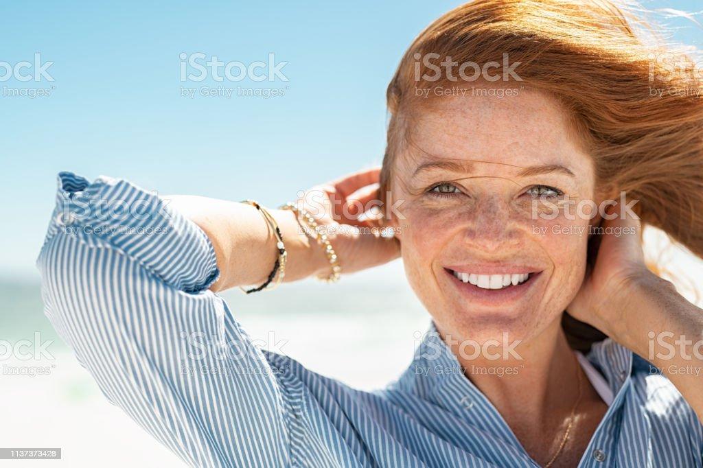 Leende mogen kvinna på stranden - Royaltyfri 30-39 år Bildbanksbilder