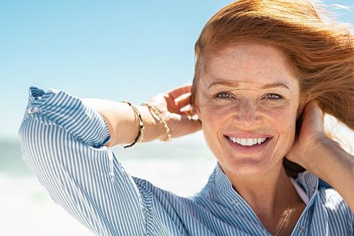 Leende Mogen Kvinna På Stranden-foton och fler bilder på 30-39 år