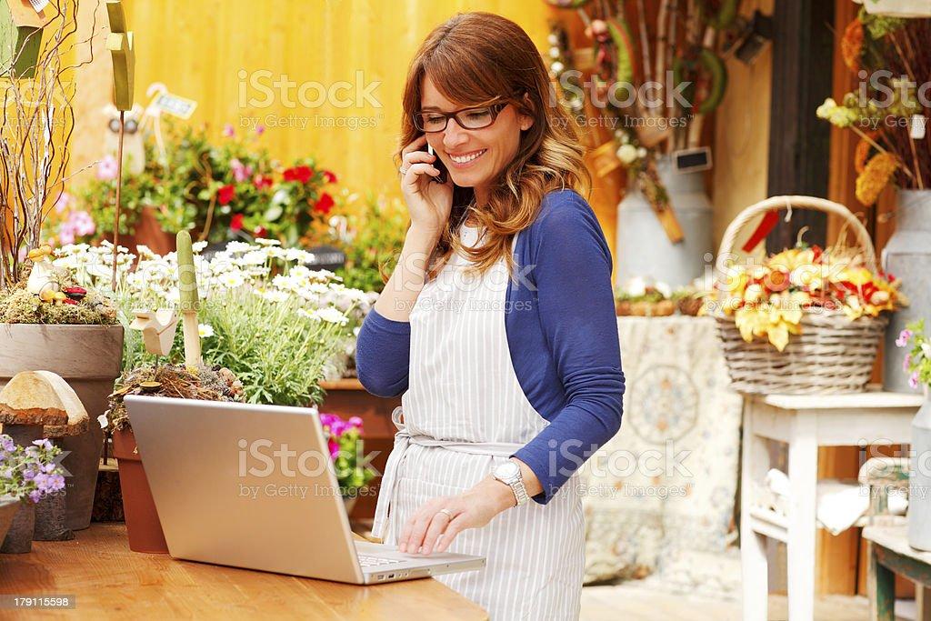 Lächelnd Reife Frau Florist Blumen Shop Eigentümer kleiner Unternehmen – Foto