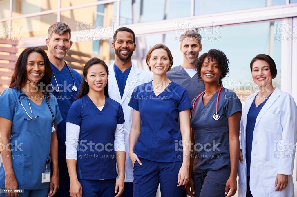 Tıbbi ekip ayakta bir hastane dışında birlikte gülümseyen - Royalty-free 20'lerinde Stok görsel