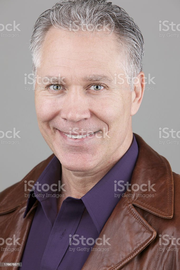 Sonriendo de edad intermedia hombre con camisa y funda de cuero foto de stock libre de derechos