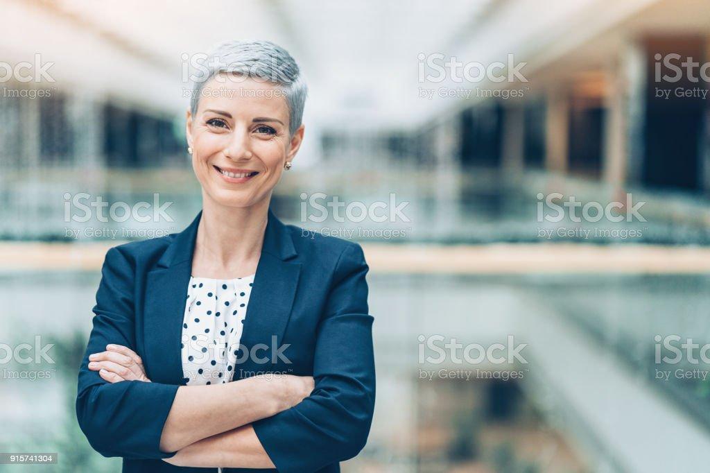 Sorrir meio envelhecido empresária - foto de acervo