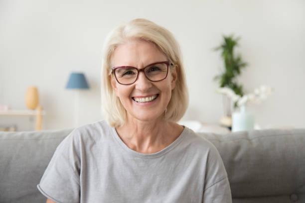 微笑的中年成熟的白髮婦女看著相機 - 微笑 個照片及圖片檔