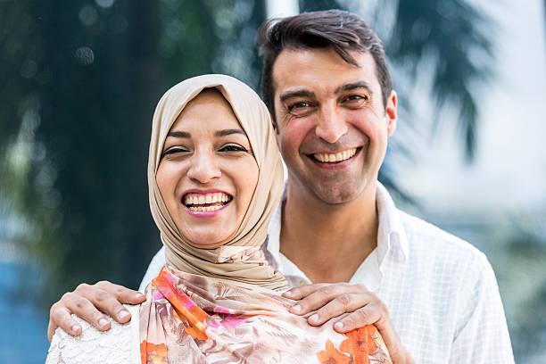 couple souriant au moyen-orient - mariage musulman photos et images de collection