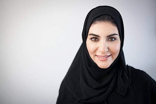 smiling middle eastern woman portrait - emirati woman 個照片及圖片檔