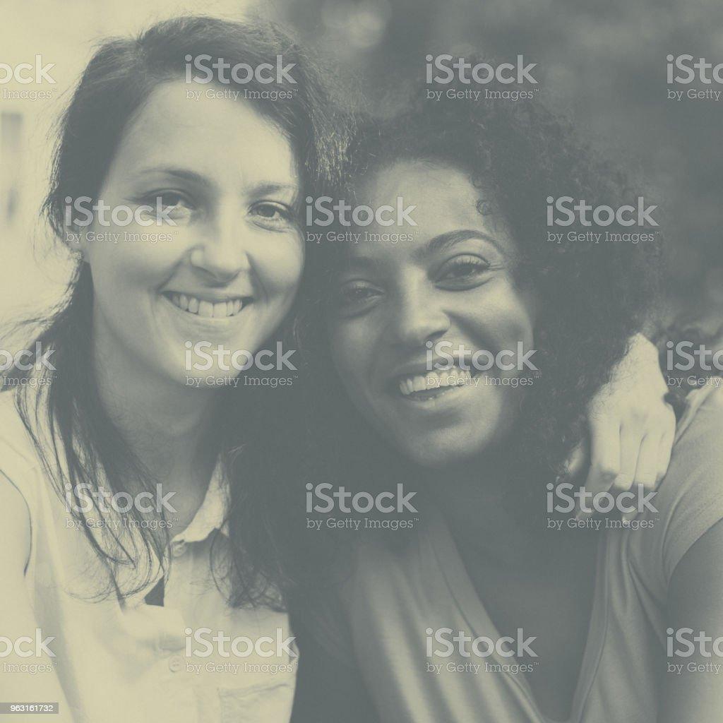 Lächelnd gemischten Rennen Mädchen zusammen – Foto