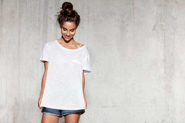 디자인 프린트를 위한 모형 흰색 셔츠에 웃는 모델. - 백인종 뉴스 사진 이미지