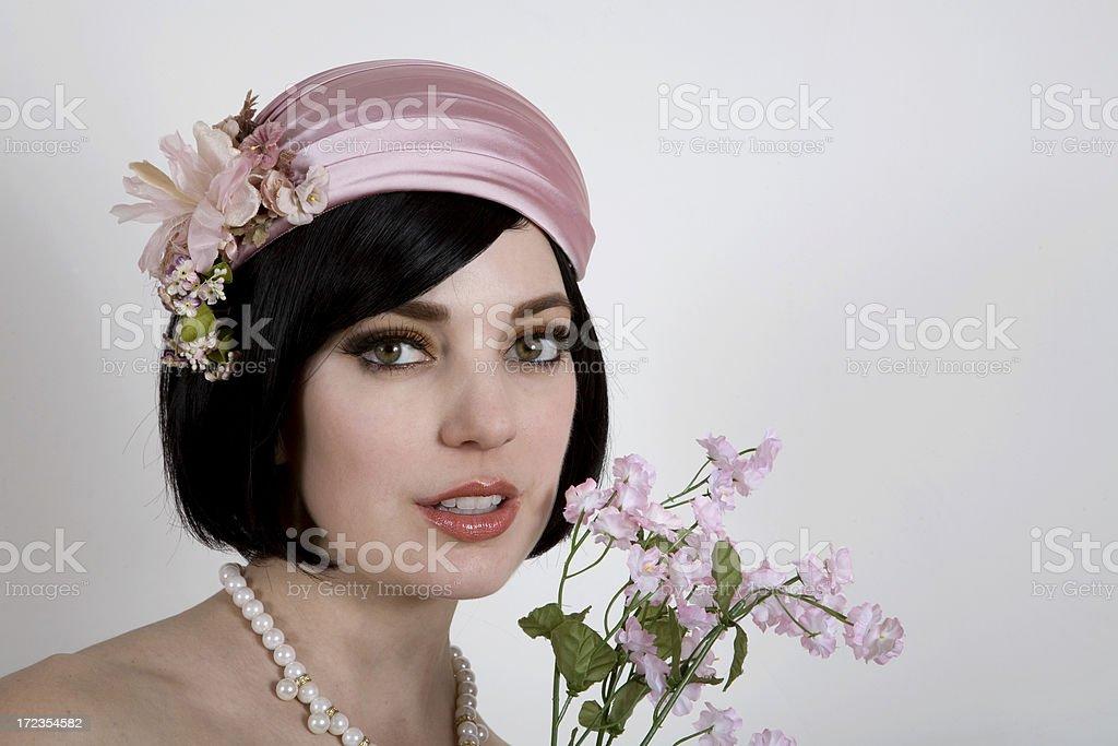 Sonriendo modelo en rosa foto de stock libre de derechos