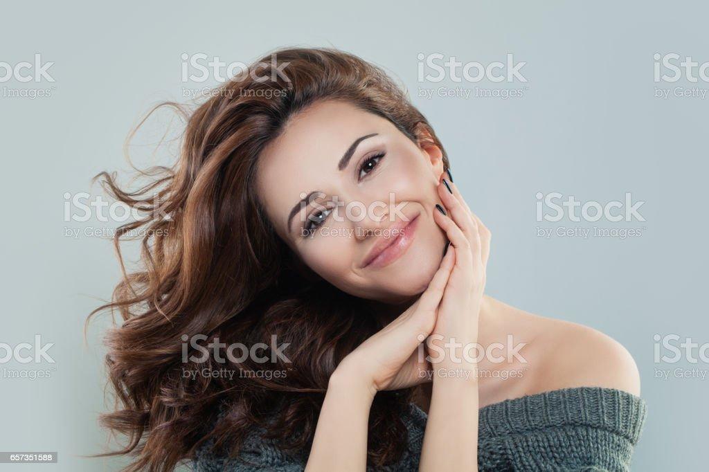 Femme souriante de modèle avec des cheveux bouclé roux photo libre de droits