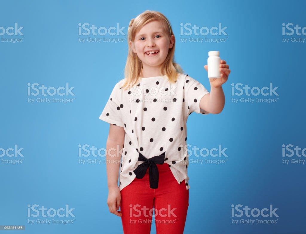 sourire de bouteilles affichage enfant moderne de vitamines sur bleu - Photo de Bleu libre de droits