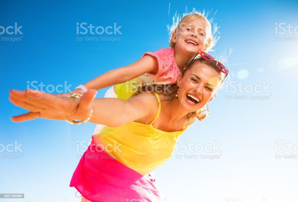 lächelnd, moderne Mutter und Tochter am Strand Spaß Zeit – Foto