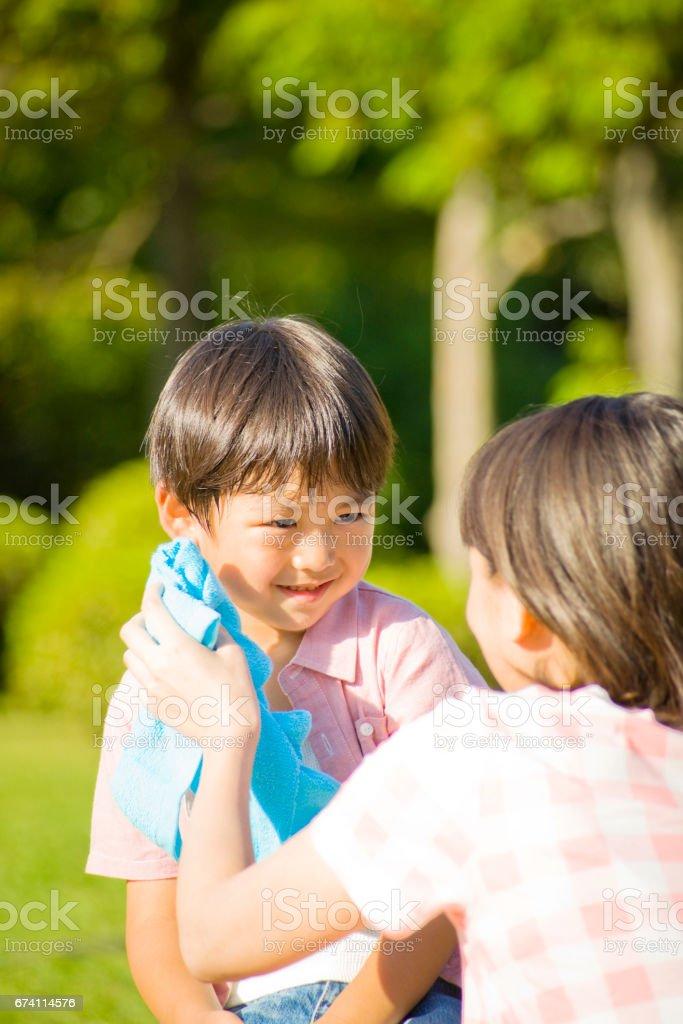 微笑的母親和兒童 免版稅 stock photo