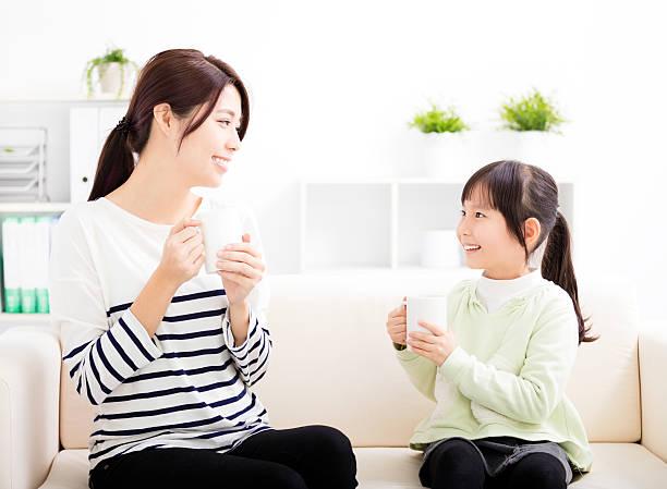 笑顔の母と娘のソファー - 母娘 笑顔 日本人 ストックフォトと画像