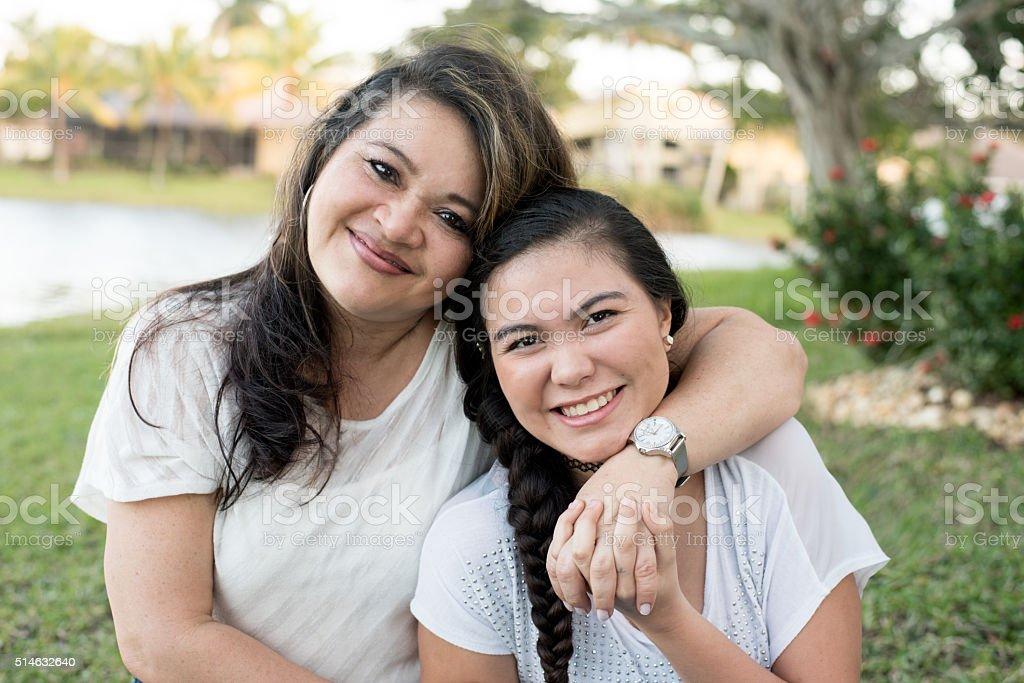 Lächelnd Mutter und Tochter – Foto