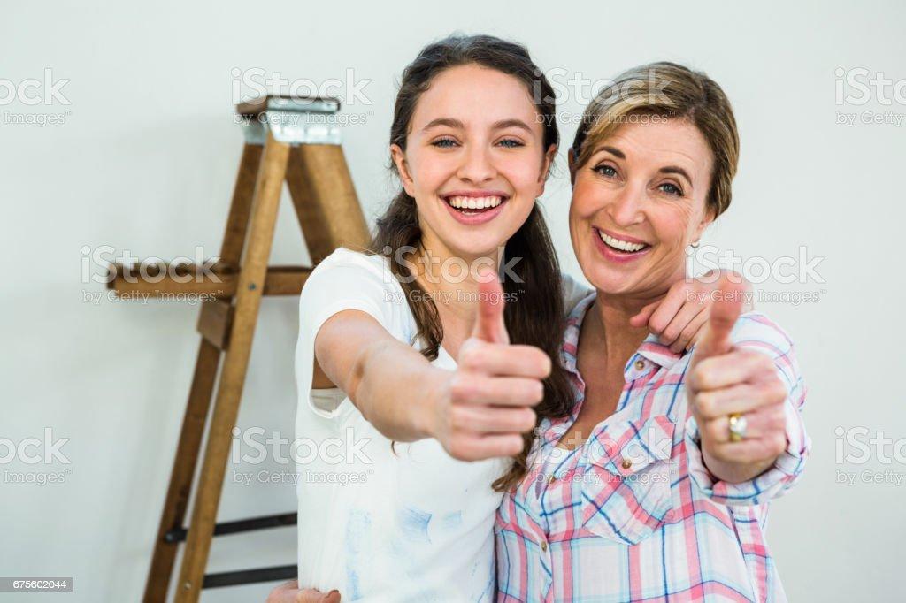 Sourire, mère et fille avec les pouces vers le haut photo libre de droits