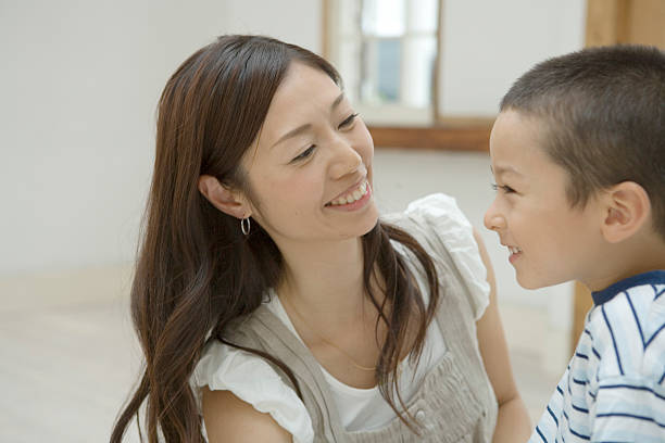 笑顔の母と息子 - 女性 横顔 日本人 ストックフォトと画像