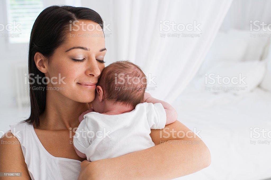Lächelnd Mutter holding baby – Foto