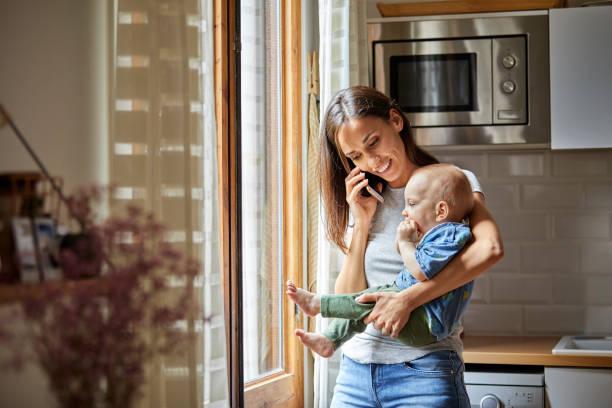 leende mor med baby prata telefon hemma - working from home bildbanksfoton och bilder