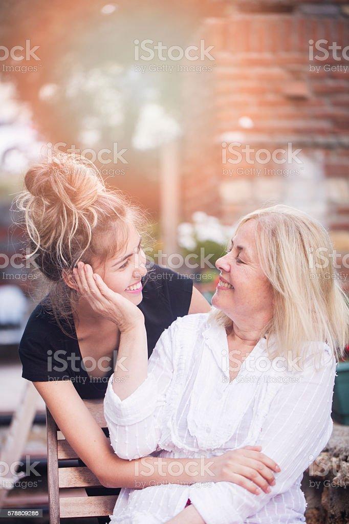 Lächelnd Mutter mit junger Tochter – Foto