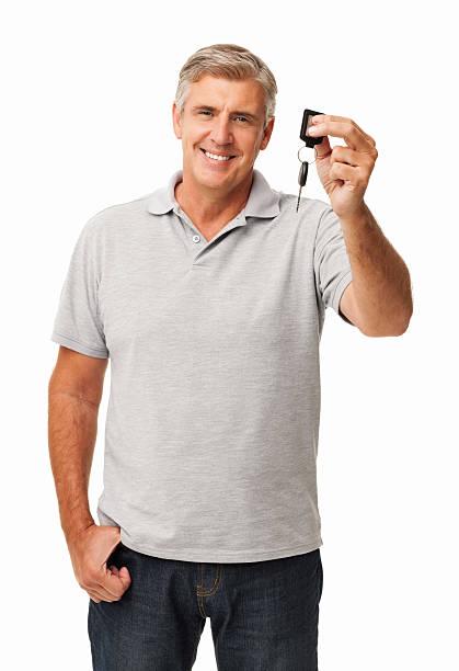 Lächelnder Mann zeigt neuen Autoschlüssel – Foto
