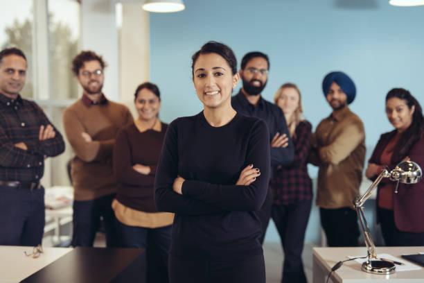 lächelnde besitzer des neuen startup-unternehmen - mittagspause schild stock-fotos und bilder