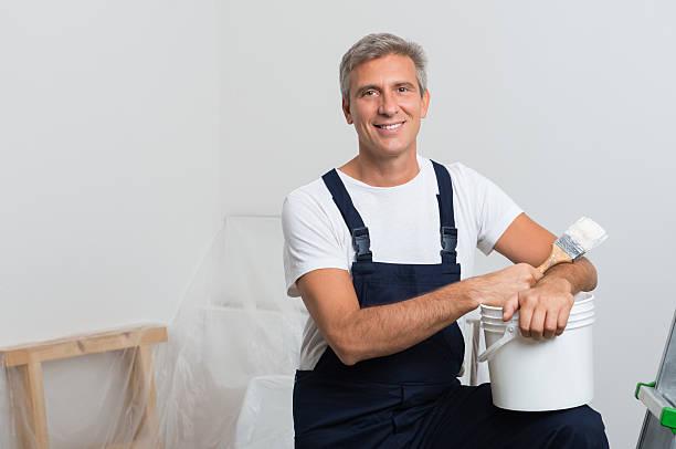 lächelnd painter - künstler stock-fotos und bilder
