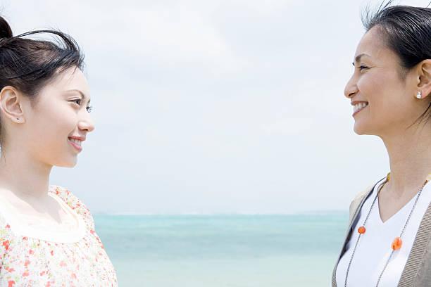 笑顔でお望みのご両親とお子様の - 母娘 笑顔 日本人 ストックフォトと画像