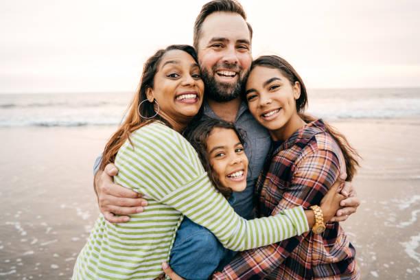 genitori sorridenti con due figli - family foto e immagini stock