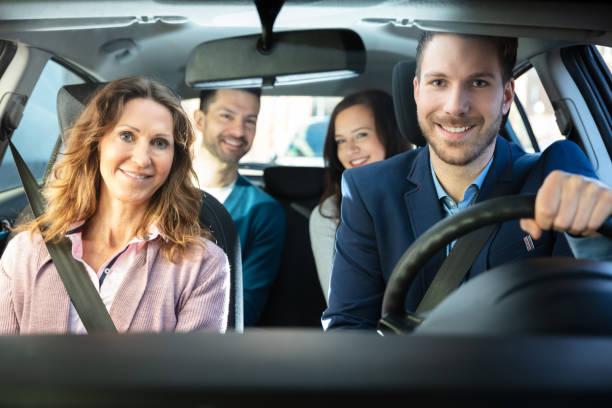 gente sonriente sentada en el coche - uso compartido del coche fotografías e imágenes de stock
