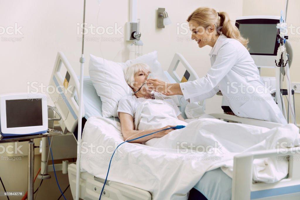 Lächelnd Anpassung Atemunterstützung Arzt im Krankenhaus – Foto