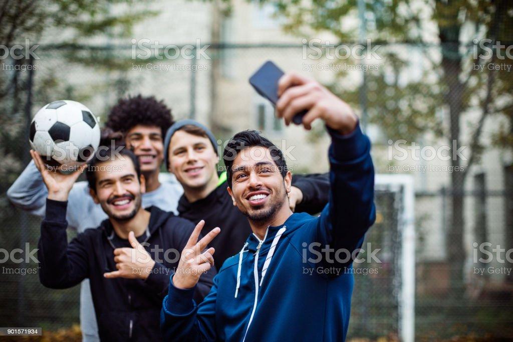 Lächelnd Spieler nahmen Selfie über Mobiltelefon – Foto