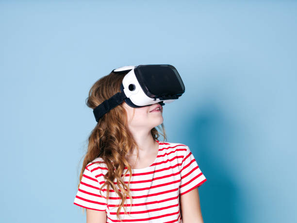 Lächeln positive Mädchen trägt Virtual-Reality-Brille Brille Headset, vr Box – Foto