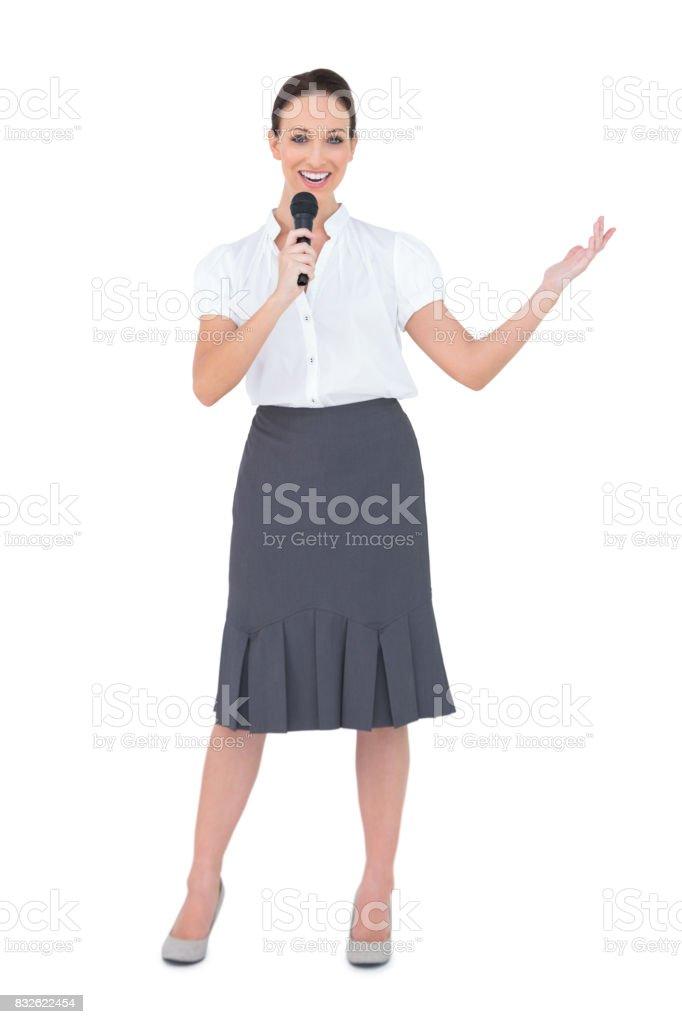Sonriendo el micrófono del holding de presentador - foto de stock