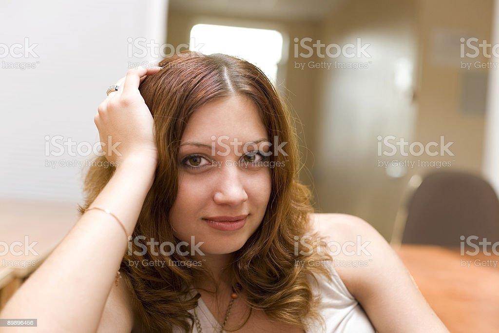Улыбается довольно брюнетка в номере Стоковые фото Стоковая фотография