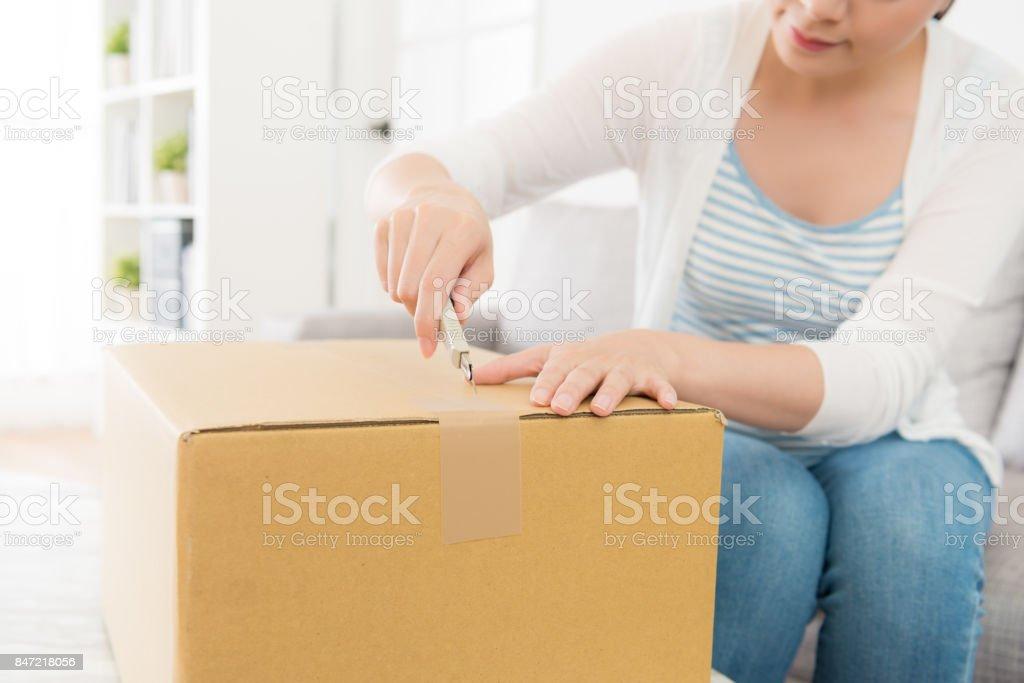 笑顔のかわいい女性自宅はカッター ナイフを使用してください