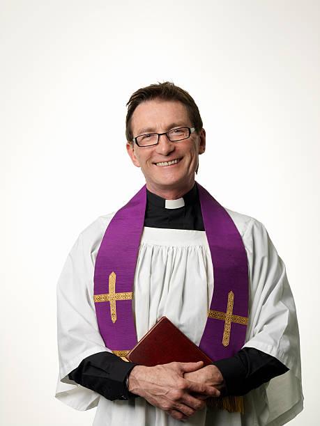 sorrindo priest - padre - fotografias e filmes do acervo