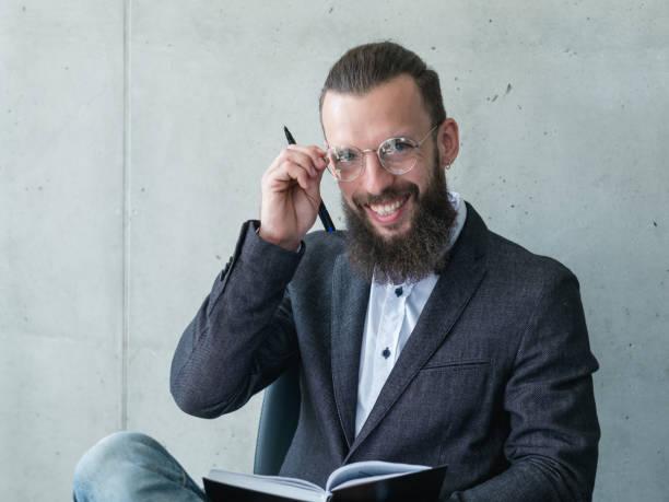 lächelnde professor examinator mann jacke gläser - lautsprecher test stock-fotos und bilder
