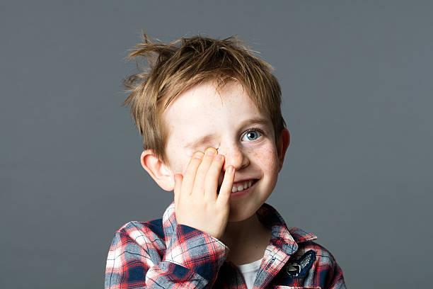 Lächeln roten Haaren Kind versteckt einem Auge für Spaß Sehkraft – Foto