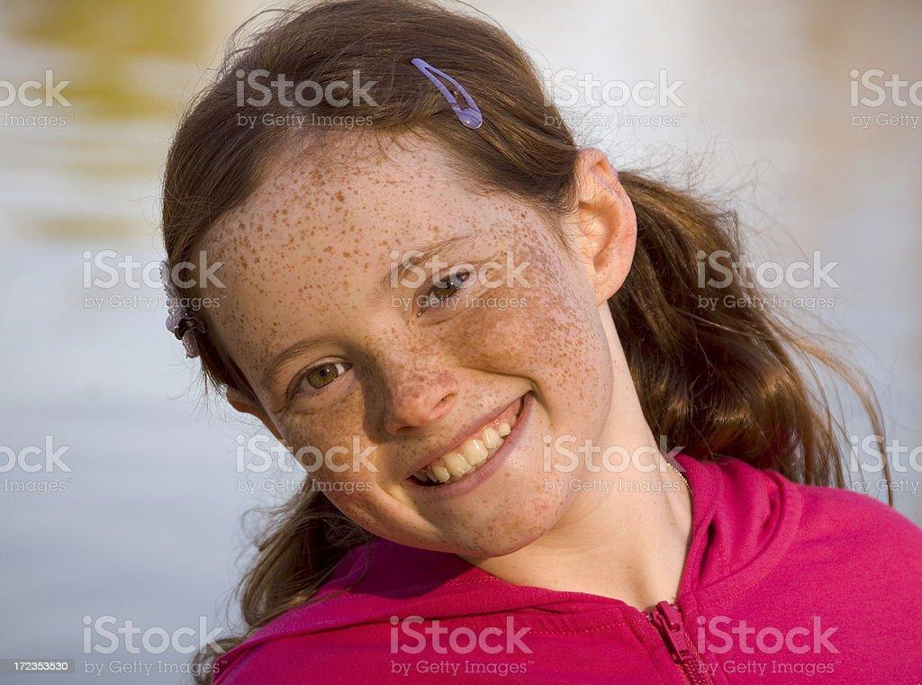 Pelirrojo peca cara sonriente niña y niño al aire libre en el lago foto de stock libre de derechos