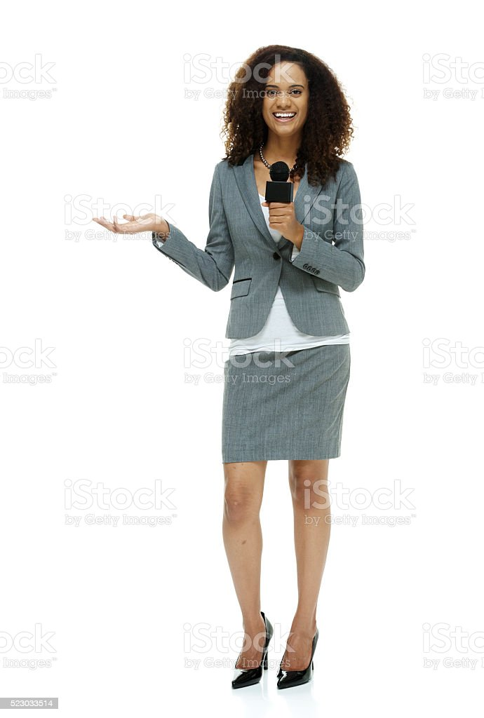 Sonriendo informante se presenta con micrófono - foto de stock