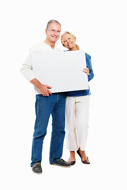 lächelnd ehemaliger paar hält ein leeres plakat - heiratssprüche stock-fotos und bilder