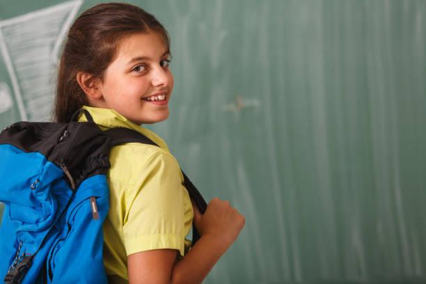 sonriente school girl - regreso a clases fotografías e imágenes de stock