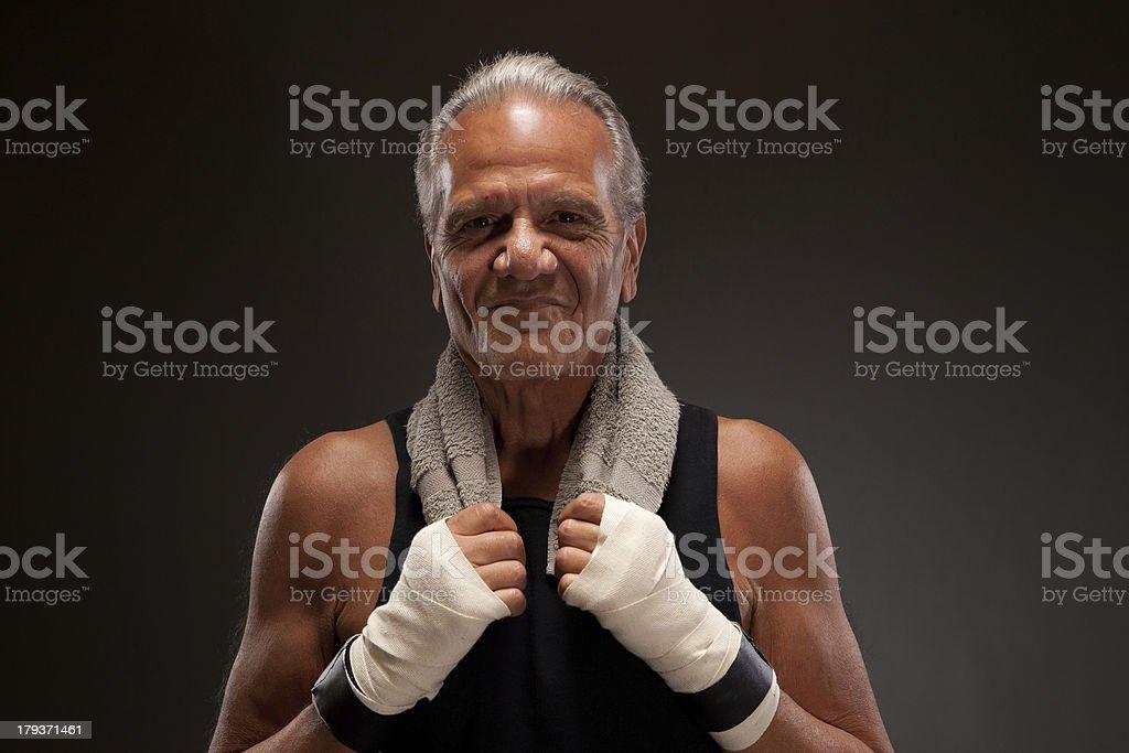 Combate senior sonriente con una toalla - foto de stock