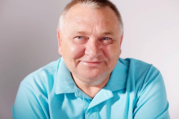Lächelnder Alter Mann Nahaufnahme über weiß – Foto