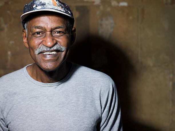 lächelnd senior mann - senior mann porträts stock-fotos und bilder