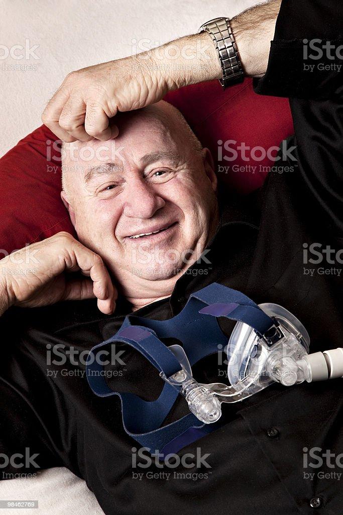 Sorridente uomo anziano con maschera nasale foto stock royalty-free
