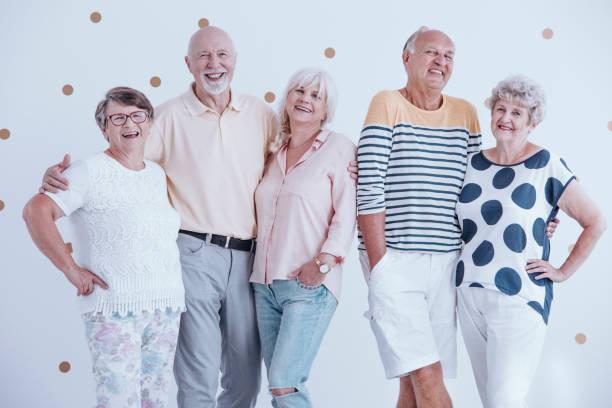 lächelnd senior personen - rentenpunkte stock-fotos und bilder