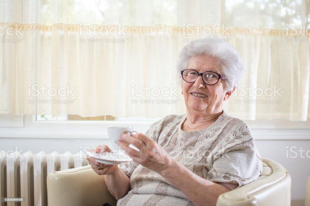 Frau zum kaffeetrinken einladen
